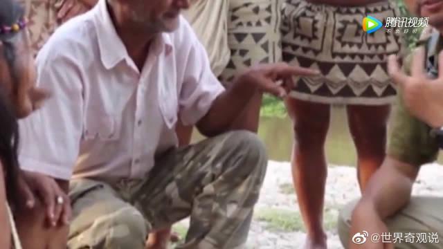 中国小伙看见亚马逊猎人用辣椒水来提升视力……