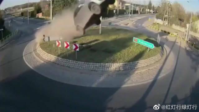 作死司机不熟悉的路也飙车,谁料前方是圆盘,没刹住直接就起飞了