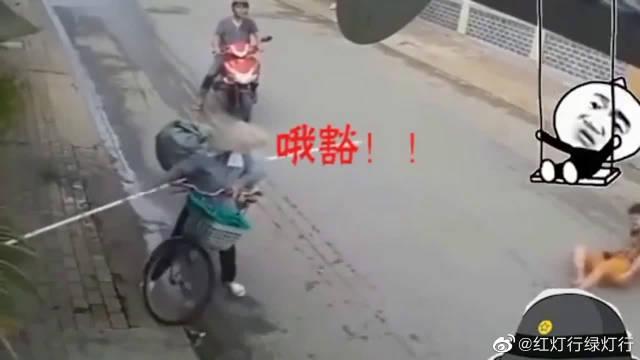 奇葩的交通事故,少林自行车上带长棍,无辜摩托小伙在线躺枪