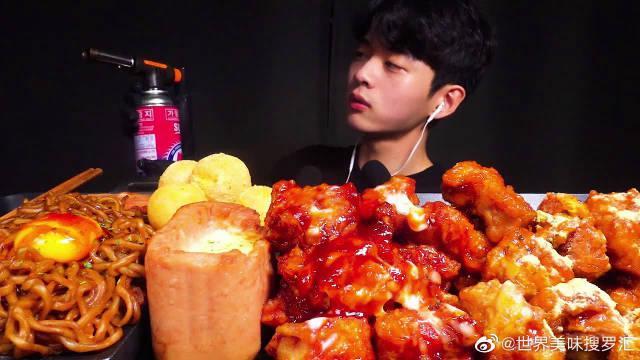 韩国吃播帅哥,吃辣炸酱面、芝士午餐肉、炸鸡和芝士球,吃得真香