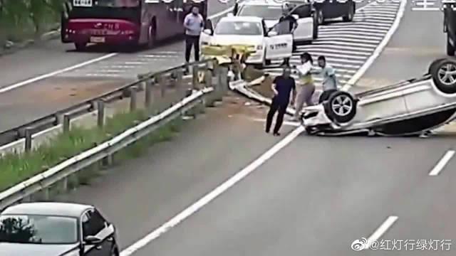 广东高速发生交通事故后,出现暖心的一幕!谢谢你们