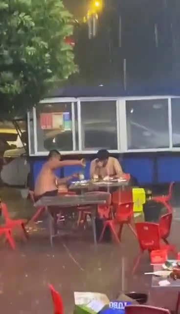 兄弟苦啊,陪兄弟喝完这一箱