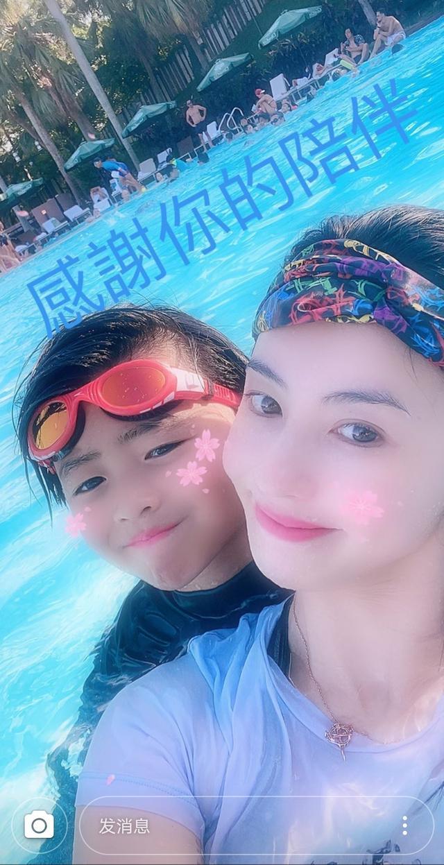 张柏芝陪儿子小Q游泳,并感慨陪伴是最好的爱,母子同框感情深厚