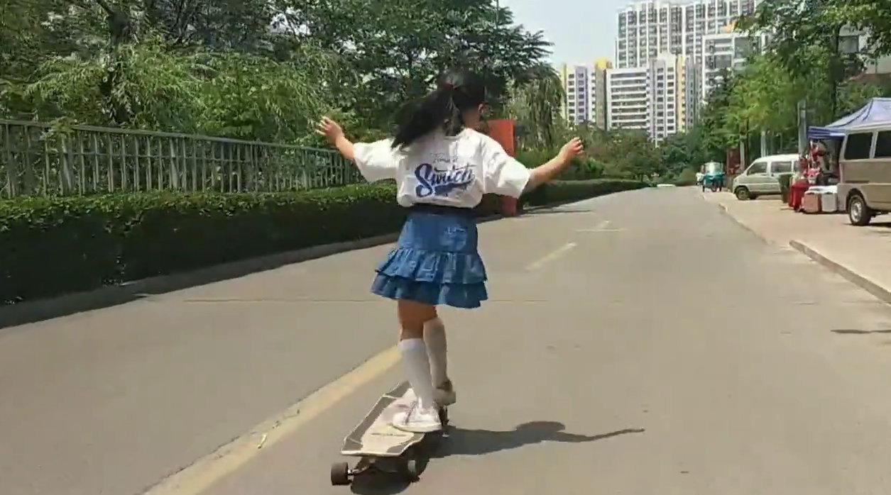 11岁女孩玩滑板1月磨坏3双鞋,父亲专职摄像记录4年成长