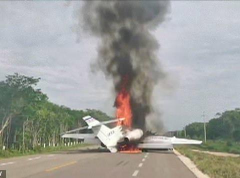 毒贩驾飞机从南美运毒入境墨西哥,被军方跟踪后迫停公路销毁飞机