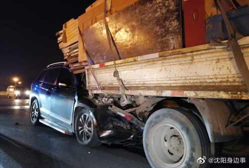 太危险!沈阳女司机溜号驾车冲入满载货车车底