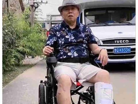 潘长江拍戏受伤,无奈生日之际瘫坐轮椅,性情乐观依旧是个老顽童