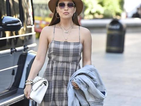玛琳·克拉斯街拍:吊带格纹裙Chanel手袋人字拖清新度假风