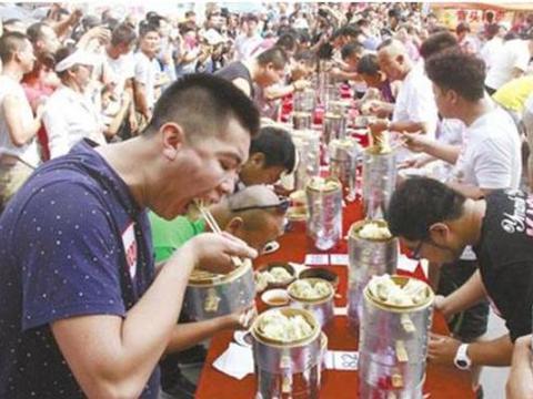 中国吃货在日本吃拉面,不放心嘱咐下老板多放肉,结果却傻眼了
