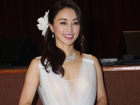 49岁酒井法子穿白裙气质优雅迷人,甜美笑容如同少女一般!