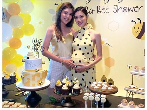 郑嘉颖小22岁娇妻办二胎派对,气色红润挺孕肚,揭晓孩子性别