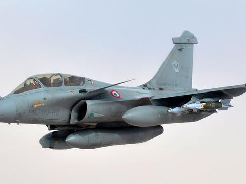 法国阵风战斗机突袭土耳其联军,500公里射导弹,秀给印度空军看