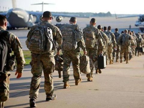 大批美国人仓皇撤离!胡塞武装关键时刻出手,连续发动空袭