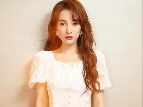 看吴昕少女裙装的穿着,淡雅白裙看不出年纪,卷发显年轻