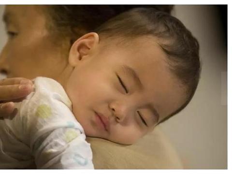 宝妈带孩子独自睡觉的晚上什么样,这个实拍,隔着屏幕感觉到了累
