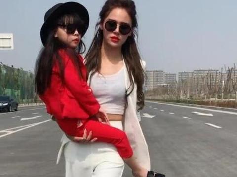 河南辣妈抱娃方式简单霸气, 网友替她捏把汗, 这是亲妈!