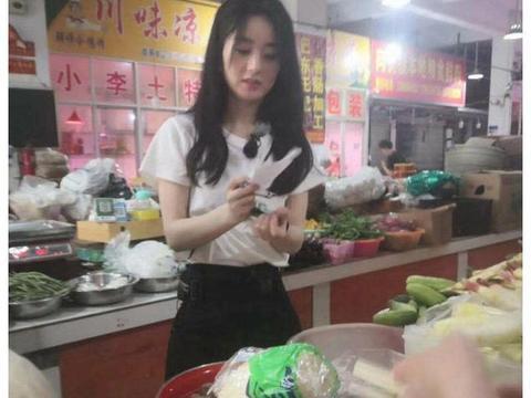 赵丽颖离开美颜滤镜后,去菜市场买菜用小本子记,这颜值太能抗了