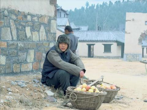 地雷战:村民在鬼子的据点附近卖苹果,原来是为了获取情报,聪明