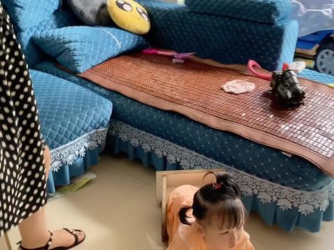妹妹在家无聊各种顽皮,学小乌龟摆姿势,跟妈妈说好想上学