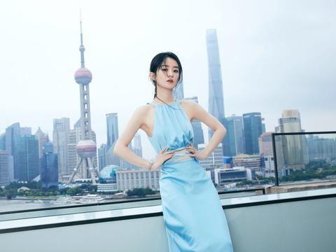 赵丽颖是太瘦了,一身蓝色长裙,特骨感美,但不好看
