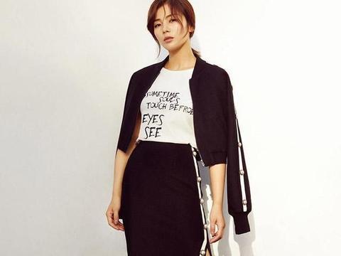 刘涛又把白T恤穿出新高度,配窄脚裤显瘦显高,丝巾成最大加分项