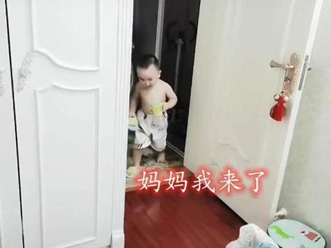 骗人生儿子系列,宝妈在家遇蟑螂,娃一手拿奶瓶一手拿拖鞋帮忙