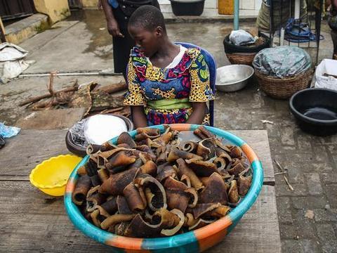 实拍非洲菜市场:蔬菜水果应有尽有,龙虾成堆卖,生活不比中国差
