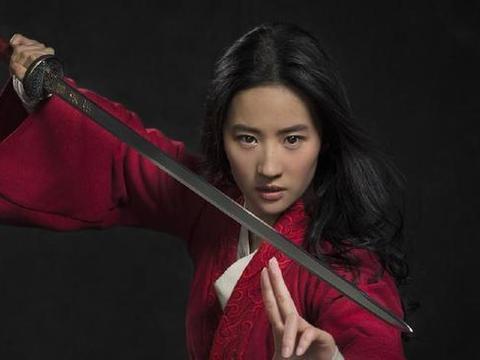 刘亦菲版花木兰亮相,女扮男装穿红色军服,身上戴满了护具