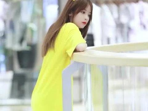 美女黄色大T恤搭配紧身牛仔裤,秀出细长美腿