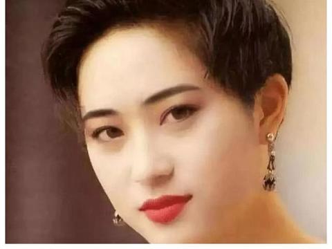 2003年,许晋亨和李嘉欣宣布结婚,正牌女友陈法蓉说:三个人太挤