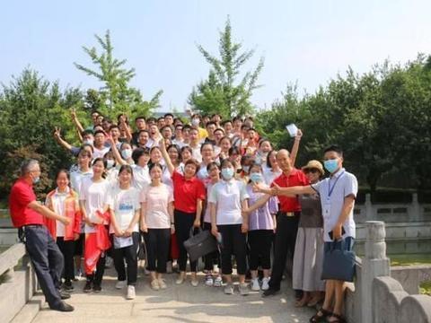 湖北襄阳五中高考前一天:老师带领同学们跨过状元桥,前往考点