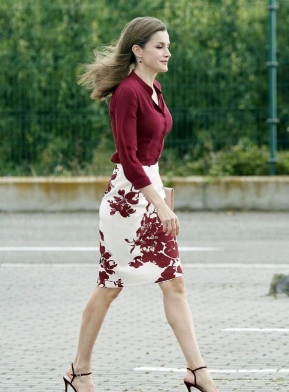 """西班牙王后真会穿,47岁被称""""行走衣架"""""""