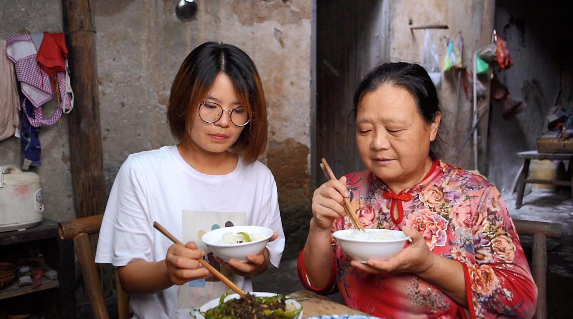 儿媳妇跟农村婆婆同住,做梦都想吃鸡,看婆婆让儿媳吃的啥