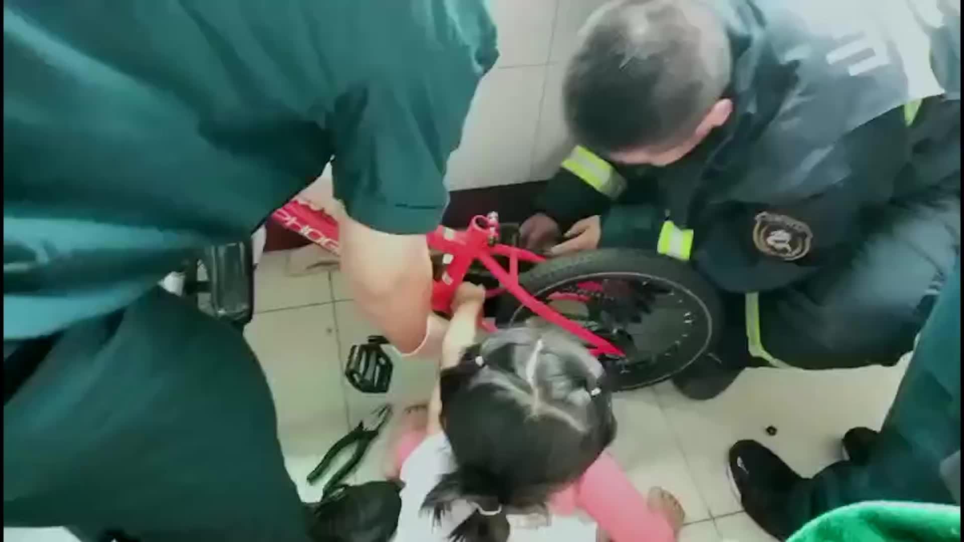 3岁小女孩手卡儿童自行车 泰安消防破拆救援