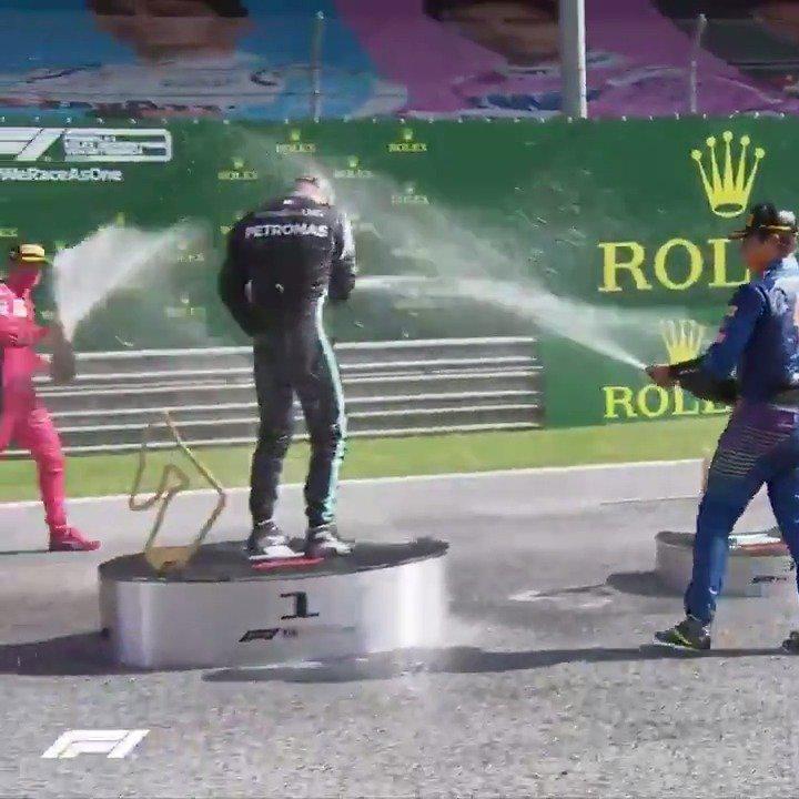 时隔7个月后的第一场香槟雨🍾️ 车手们的喷洒技能没有退化 尤其