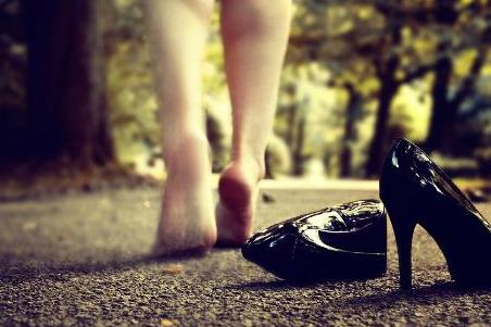 一女子身高160厘米,却要穿45码的鞋,背后让人心疼不已