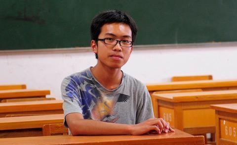 他是云南高考状元,崇拜儒家文化,写得一手好书法