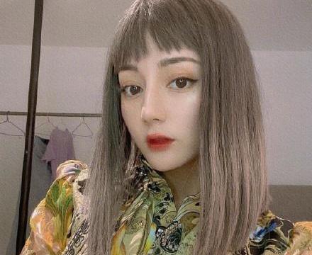 名门泽佳:迪丽热巴新发型似洋娃娃!穿印花衬衫搭银发效果前卫时髦