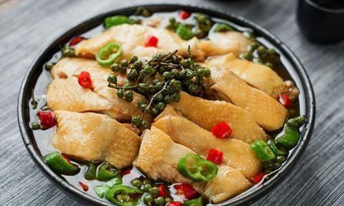 藤椒味的代表作——藤椒鸡,鲜香麻辣,和米饭是绝配