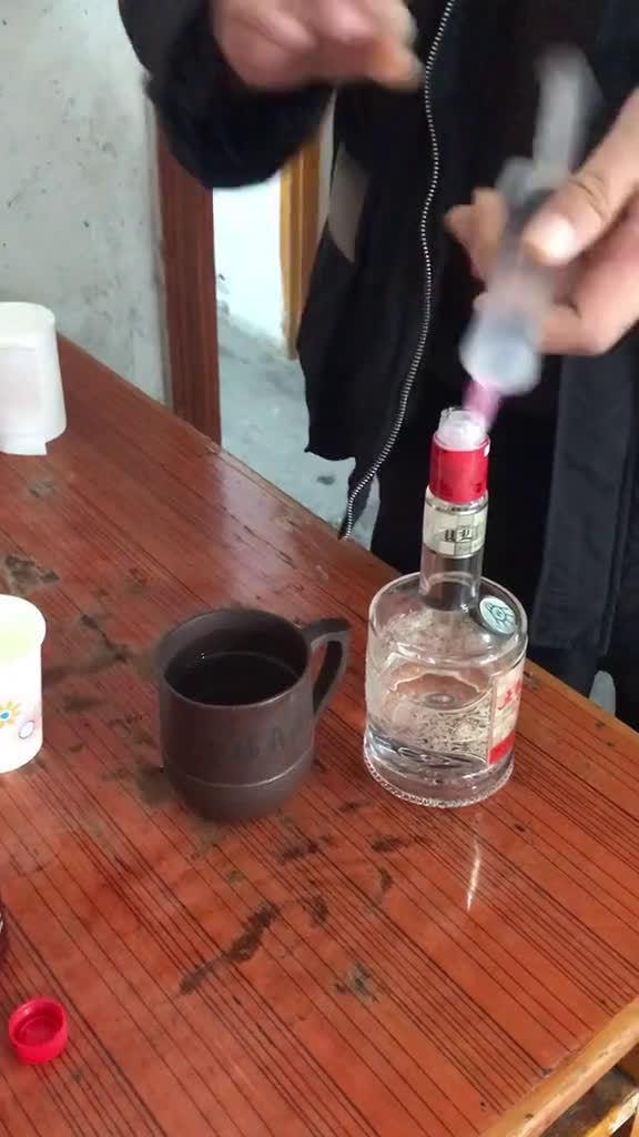 婚礼上新郎官,喝的酒。只是白开水