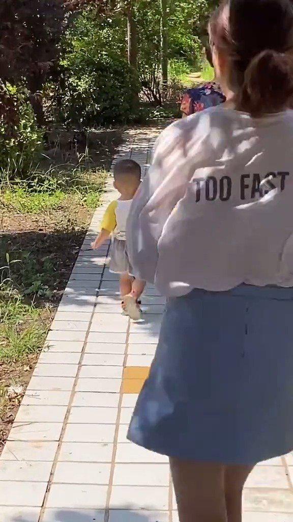 今天跟老公回婆婆家,看到婆婆在公园遛娃,我就上去抱娃……