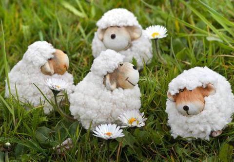 属羊人过来接福,将小人踩在脚下,远离小人