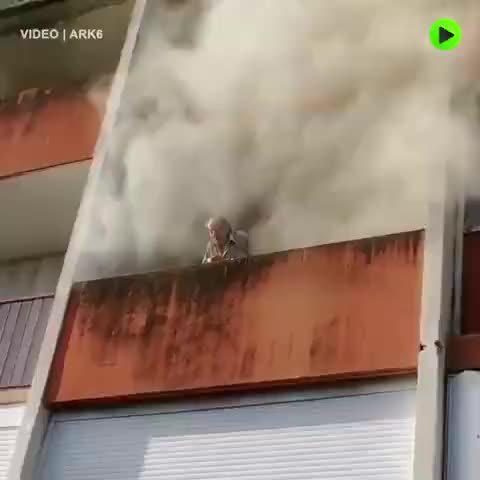 法国巴黎,一座公寓楼失火,年轻人爬上阳台……