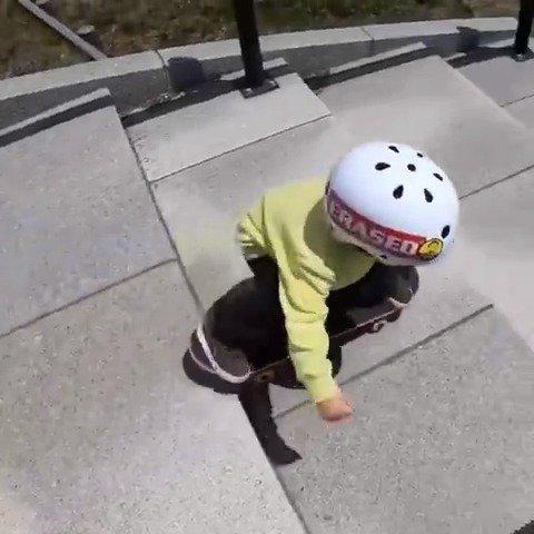 萌宝学滑板,一次次摔倒最后终于学会,父母的鼓励太重要了