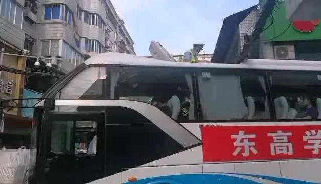 十堰:送考车被卡 交警徒手解困
