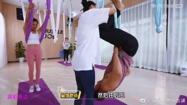练瑜伽倒挂金钩手忙脚乱被缠住?画面有点搞笑哦!