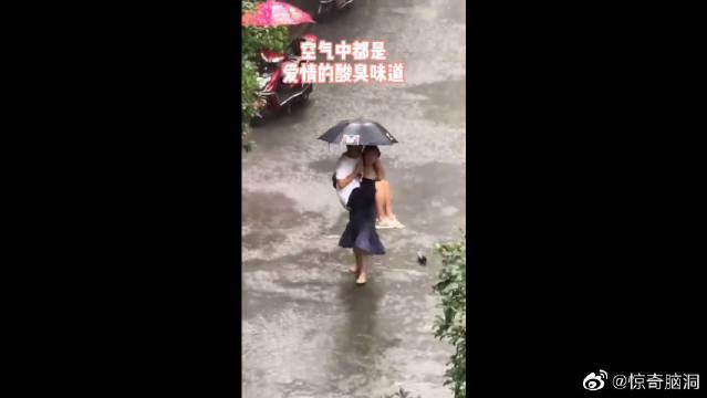 一对情侣在雨中漫步,没想到男生竟然做出这样的事!