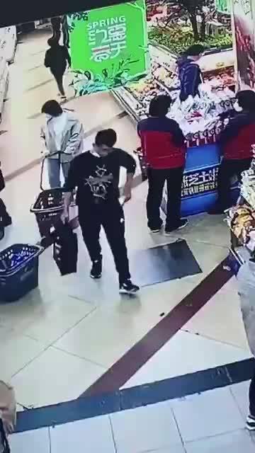 网友:4月29日,在葫芦岛百货大楼超市,一中年女子……