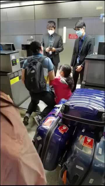 网友爆料:海外华人洛杉矶机场滞留 ,健康码问题无法登机!