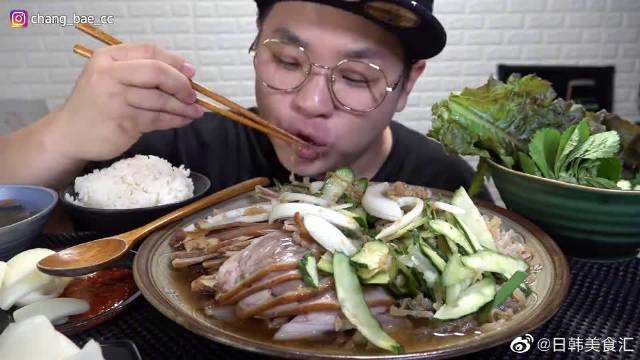 """韩国吃货小哥吃""""釜山凉菜猪蹄肉""""……"""